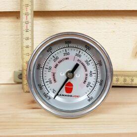 """Termometer KamadoJoe - för grillar och Kamados Kamado joe Termometer 80 mm. Detta är något så ovanligt som en mycket lättavläst, vattentät, kondenssäker och korrekt visande termometer. Det 80mm stora termometerfönstret visar både Celsius och Fahrenheit, samt referensvärde för vad olika temperaturintervall står för (ex rökning, BBQ etc.) Denna termometer passar alla kända keramiska grillar och även enkelmantlade plåtgrillar (ej """"stålkamado"""" då väggen är tjockare än vad gängan tillåter). Termometern från Kamado Joe är mycket populär bland dem som bygger sin egen Smoker, offset smoker eller Röktunna UDS. Med ställskruven på baksidan kan man enkelt kalibrera den om man vill vara säker på den håller toppformen år efter år. vattentät kondenssäker korrekt lättavläst"""