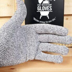 """Skyddshandskar för köket (stl 8-9) Upp med handen om du mer än en gång har hyvlat av en knoge på ett rivjärn! (vi är många!) - snart skall du göra Janssons... Detta är en tunn, följsam och bekväm kökshandske som kommer att bespara dig både rivsår och skärsår. Materialet andas, kan tvättas i maskin och är enligt tester 4 gånger tåligare än läder. OBS - skyddet gäller rörelser som går längs med fiber i någon riktning men ej mot """"stick"""" (handsken är som sagt mjuk och följsam ej att förväxla med stålbrynja). Längd från söm till långfinger: 24 cm (därefter ytterligare töjbar), rekommenderas till män med normalstora händer. Priset är för ett par även i Medium (7-8) , S (5-6)"""