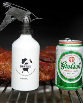 En BBQ spray bottle eller BBQ sprayflaska i aluminum, används för att tillföra smak eller ännu hellre för att hålla köttets yta fuktig. Genom det kommer fler rökpartiklar att fastna på köttet och därmed skapas en bättre bark och en bättre röksmak. extra viktigt i torra miljöer som pelletsmokers