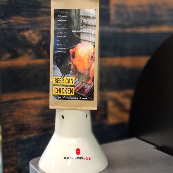 """Kyckling rub BCC - Kryddblandning för BEER CAN CHICKEN BEER CAN CHICKEN RUB - Detta är en klassiker som går hem i alla läger. Denna rub är en av dem som var representerade på VM i BBQ på Irland 2017. För kyckling: en både frisk och djup doft och smak – perfekt för """"beer can chicken"""" eller Bungy-jump-chicken-legs – Huvudkaraktärerna kommer från en speciell oregano som är ovanligt frisk i sin doft samt mustighet från fänkål och spanskt rökt paprikapulver. Ett uns chipotle tillför ett sting och en förlängning av smakupplevelsen. Se gärna detta klipp om hur du på ett enkelt sätt grillar kycklingben. ALLERGENER: Kan innehålla spår av SELLERI & SENAP. Funderar du att sätta kycklingen på en ölburk? Se denna film om """"BEERCAN CHICKEN"""" Om #RubsByBBQmonster #RubsByBBQmonster gör personliga kvalitetsrubs i små batcher med stor noggrannhet. #RubsByBBQmonster mals ut från kvarn med kvarnstenar. Grovleken anpassas efter ändamålet (styckdetaljen) som rubben är tänkt för. Oavsett vilken rub du köper kommer du att märka en klar skillnad mot andra mainstream """"grillkryddor"""" som översvämmar marknaden. Du får här en rub som innehåller både mindre partiklar som når djupt in i köttet, såväl större partiklar vilka lättare överlever grillningen. Vilket därmed ger ytterligare en smakdimension. Dimensionen på partiklarna (strukturen) påverkar också hur du upplever smakerna. Tänk själv hur många fler smaklökar som aktiveras av en 0,5mm bit lök landar på tungan jämfört med ett pulver eller dust. Tips: köp till den ultimata stöaren i rostfritt, stora hål och tätslutande lock så håller dina rub upp till 2 år."""