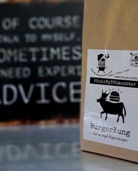 """Burgerkung - en kryddmix för Hamburgare - för en royal burgare! - Från RUBS BY BBQMONSTER Burgerkung – en Kryddmix för Hamburgare! - Burgerkung är en grovmald kryddmix för hamburgare som du bara strösslar över den utplattade högrevsfärsen, trycker ner den med fingertopparna och sen formar ut burgarna med nävarna. (se gärna detta klipp för inspiration) Den milda gula löken hjälper din färs att hålla samman utan bearbetning. Gul senap, söt och rökt paprika samt en exklusiv svartpeppar (somför ändamålet importerats från USA) och 3 olika sorters salt lyfter din burgare till en ny nivå. Blandningen passar också perfekt för smash burgers aka SMASHBURGERS Komplett innehållsförteckning:salt, socker, svartpeppar, gul lök, vitlök, SENAP, söt paprika, rökt paprika, Salt rökt med Hickory. Kan innehålla spår av SELLERI. #RubsByBBQmonster gör personliga kvalitetsrubs i små batcher med stor noggrannhet. #RubsByBBQmonster mals ut från kvarn med kvarnstenar. Grovleken anpassas efter ändamålet (styckdetaljen) som rubben är tänkt för. Oavsett vilken rub du köper kommer du att märka en klar skillnad mot andra mainstream """"grillkryddor"""" som översvämmar marknaden. Du får här en rub som innehåller både mindre partiklar som når djupt in i köttet, såväl större partiklar vilka lättare överlever grillningen. Vilket därmed ger ytterligare en smakdimension. Dimensionen på partiklarna (strukturen) påverkar också hur du upplever smakerna. Tänk själv hur många fler smaklökar som aktiveras av en 0,5mm bit lök landar på tungan jämfört med ett pulver eller dust. Tips: köp till den ultimata stöaren i rostfritt, stora hål och tätslutande lock så håller dina rub upp till 2 år."""