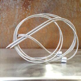 Flexibla grillspett Med flexibla grillspett kan du utnyttja grillens yta till max. Trä på svamp, kött eller vad du nu vill grilla och ringla därefter vajern där den får bäst plats. Går även att använda för att hänga kött och fågel tvärs över en kolbädd exempelvis på utflykten eller vildmarksstrapatsen. Vass spets av solitt rostfritt gör det enkelt att trycka vajern genom kött. Dessa praktiska grillspett sälj i 2 pack. rostfritt stål 80 cm långa rejält gods