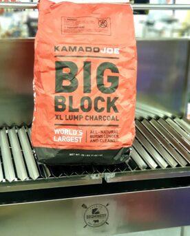 Grillkol Kamado Joe Big Block Big Blockgrillkol från Kamado Joe är ett sydamerikanskt träkol som är producerat av fyra olika trädslag: Guayacan, Guayaibi, Mistol och det mer allmänt kända white quebracho. Kolen är hård med en hög densitet, vilket med andra ord kan översättas till energirik. Kamado Joe Big Block kol har under åren utvecklats och mixen av trä är idag fullständigt lämpad till alla typer av grillning. Denna grillkol kan ersätta briketter rakt av med fördelen att du slipper kemiska bindmedel som både luktar illa (inte minst vid låga temperaturer) och som kan vara ohälsosamt. Denna typ av grillkol från Kamado Joe är lämplig för både riktigt het grillning (över 250 grader) och för low & slow (under 150 grader). Vikt: ca 9kg (20lb)