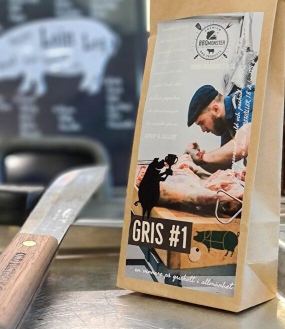"""BBQmonsters klassiska rub för Griskött: #1 för Gris - en vinnare på allt griskött Rub för griskött som numera är en klassiker som går hem i alla läger. Denna rub är en av dem som var representerade på VM i BBQ på Irland 2017. #1 För griskött: en behaglig och mouth filling rub som har sina stora karaktärsdrag i fänkål, lakritsrot som får gifta sig med olika varianter av paprika. Salt och Råsocker i perfekt balans. Använd den till vilket griskött du önskar kotlett, karré, fläskfilé eller """"fläskytterfilé"""" - köttet får även en fin färg tack vare råsocker och paprika. Kan innehålla spår av SENAP & SELLERI Om #RubsByBBQmonster #RubsByBBQmonster gör personliga kvalitetsrubs i små batcher med stor noggrannhet. #RubsByBBQmonster mals ut från kvarn med kvarnstenar. Grovleken anpassas efter ändamålet (styckdetaljen) som rubben är tänkt för så fort så är möjigt (exempelvis vid Burgerkung, Brisket & Beef Ribs och ORR). Oavsett vilken rub du köper kommer du att märka en klar skillnad mot andra mainstream """"grillkryddor"""" som översvämmar marknaden. Du får här en rub som innehåller både mindre partiklar som når djupt in i köttet, såväl större partiklar vilka lättare överlever grillningen. Vilket därmed ger ytterligare en smakdimension. Dimensionen på partiklarna (strukturen) påverkar också hur du upplever smakerna. Tänk själv hur många fler smaklökar som aktiveras av en 0,5mm bit lök landar på tungan jämfört med ett pulver eller dust. Tips: köp till den ultimata stöaren i rostfritt, stora hål och tätslutande lock så håller dina rub upp till 2 år."""