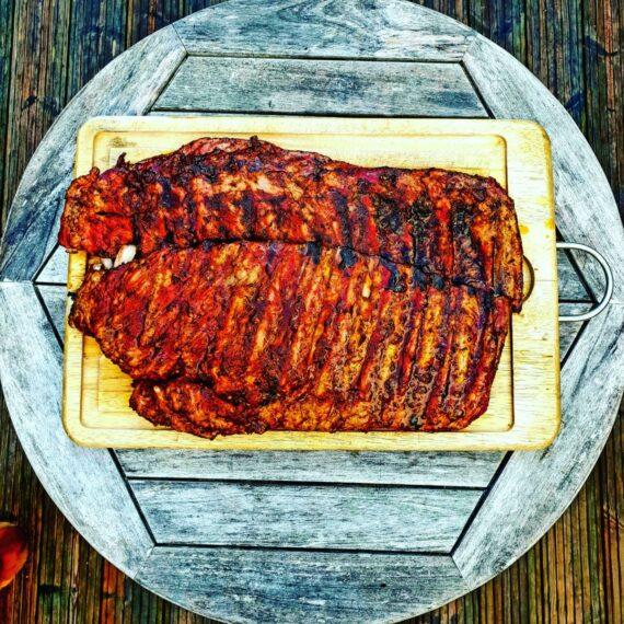 Ribs, spare ribs, revben av iberico gris är något av det mest tacksamma du kan lägga på grillen. Dessa ribs har både kött och fett kvar efter styckning och smakerna som frigörs när revbenen får mysa genom confittering i sitt eget fett skapar magi för smaklökarna