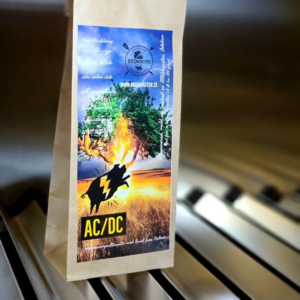 """Kryddmix AC/DC - Kanelrub för bland annat burnt ends & Ribs AC/DC – en kanel rub för Burnt ends och annat fett Griskött, ju fetare desto bättre. Namnet är en dålig ordvits som avslöjar en speciell huvudkaraktär – nämligen Kanel (kan el). Det är absolut ingen vanlig kanel utan en mycket aromatisk och frisk kanel importerad från USA men med rötterna i Vietnam. Rubben har ett visst chili-sting och är relativt söt men innehåller även friska noter från nymald ingefära. Enligt kända och säkra källor är denna rub ljuvlig på burnt ends men även på karré, ribs, fläskfilé och kotlettdetaljer (som ex fläskytterfilé). Komplett innehållsförteckning:salt, socker, svartpeppar, chiliflakes, mynta, ingefära, koriander, gul lök, vitlök, söt paprika, chipotle, ancho-chili, kanel. Kan innehålla spår av SENAP & SELLERI Om #RubsByBBQmonster #RubsByBBQmonster gör personliga kvalitetsrubs i små batcher med stor noggrannhet. #RubsByBBQmonster mals ut från kvarn med kvarnstenar. Grovleken anpassas efter ändamålet (styckdetaljen) som rubben är tänkt för. Oavsett vilken rub du köper kommer du att märka en klar skillnad mot andra mainstream """"grillkryddor"""" som översvämmar marknaden. Du får här en rub som innehåller både mindre partiklar som når djupt in i köttet, såväl större partiklar vilka lättare överlever grillningen. Vilket därmed ger ytterligare en smakdimension. Dimensionen på partiklarna (strukturen) påverkar också hur du upplever smakerna. Tänk själv hur många fler smaklökar som aktiveras av en 0,5mm bit lök landar på tungan jämfört med ett pulver eller dust. Tips: köp till den ultimata stöaren i rostfritt, stora hål och tätslutande lock så håller dina rub upp till 2 år."""