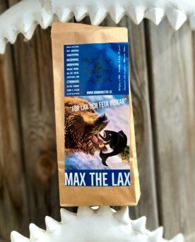 """Lax Rub - Max the lax - maxa din lax med denna kryddblandning för fet fisk! Max the lax är en klassiker som går hem i alla läger. Denna rub är en av dem som var representerade på VM i BBQ på Irland 2017. För Lax och annan fet fisk: En rub med en tydlig sälta men något uppmjukad genom en mindre del råsocker. Här förenas flera olika sorters peppar tillsammans med citrongräs, lime och skapar en tydlig och fyllig smak, samtidigt som kummin, dill och senap pekar ut en mer klassisk väg. Fastare lax med mer smak - tips! Placera laxen på en bit hushållspapper på en aluminiumbricka och placera i ett kylskåp. Låt den """"torka till sig"""" i minst 6 timmar, eller över natten om du vill ha en ännu fastare konsistens. Saltet i rubben drar ut vätska ur fisken och smakerna kommer att framträda ännu bättre. INNEHÅLLER SENAP och SELLERI Om #RubsByBBQmonster #RubsByBBQmonster gör personliga kvalitetsrubs i små batcher med stor noggrannhet. Små batcher ger möjlighet att ta hänsyn till varje ingrediens. Ta vitlök eller chiliflakes som ett exempel. - Hur ofta är dessa smaksättare exakt lika starka en gång till en annan? - förmodligen aldrig. Genom en provsmakning av varje ny batch kan ett jämnare resultat presenteras. Detta även om hantverket är så manuellt som det kan bli. #RubsByBBQmonster mals ut från kvarn med kvarnstenar. Grovleken anpassas efter ändamålet (styckdetaljen) som rubben är tänkt för. Oavsett vilken rub du köper kommer du att märka en klar skillnad mot andra mainstream """"grillkryddor"""" som översvämmar marknaden. Du får här en rub som innehåller både mindre partiklar som når djupt in i köttet, såväl större partiklar vilka lättare överlever grillningen. Vilket därmed ger ytterligare en smakdimension. Dimensionen på partiklarna (strukturen) påverkar också hur du upplever smakerna. Tänk själv hur många fler smaklökar som aktiveras av en 0,5mm bit lök landar på tungan jämfört med ett pulver eller dust. Tips: köp till den ultimata stöaren i rostfritt, stora hål och tätslutande lock """