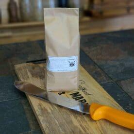 """Nitritsalt Nitritsalt har egenskaper som kommer till nytta när du tillverkar charkuteriprodukter, saltar kött eller lägger bacon i lake under längre tid. Egenskaper Genom användning av Nitritsalt förhindras tillväxt av elaka bakterier. Kött med hemoglobin (blodets röda färgämne) får en rödare och mer aptitlig ton och mindre grått. Nitritsalt är dock ett salt som skall behandlas med respekt och förstånd då det kan vara direkt skadligt vid felaktig dosering. En teori är att de nyttiga tarmbakterierna stryker med vilket i sin tur på sikt kan leda till en sämre hälsa. Var därför noggrann med att följa doseringsråden och använd alltid en tillförlitlig köksvåg för både salt och kött. Observera att detta salt är utblandat med vanligt """"koksalt"""" (natrium klorid) och tack vare det är det svårt att överdosera med mindre än att smaken skulle bli fruktansvärt salt. Nettovikt 1 kg (1000 gram) INGREDIENSER: Innehåller 0,6% natriumnitrit och 99,4% vanligt jodfritt koksalt (natriumklorid). Färdigblandat och godkänt att använda i doser upp till maximalt 2,5% av köttvikten vid injiceringar eller i färs. Vid torrsaltning eller lag (brine) är maxgränsen 5% av köttvikten. 200 gram räcker därmed till minst 8kg färs eller i köttråvara alternativt till minst 4kg vid utvändig saltning så kallad torrsaltning. OBS - får ej användas till annat än beredning av köttvaror. 1000 gram"""