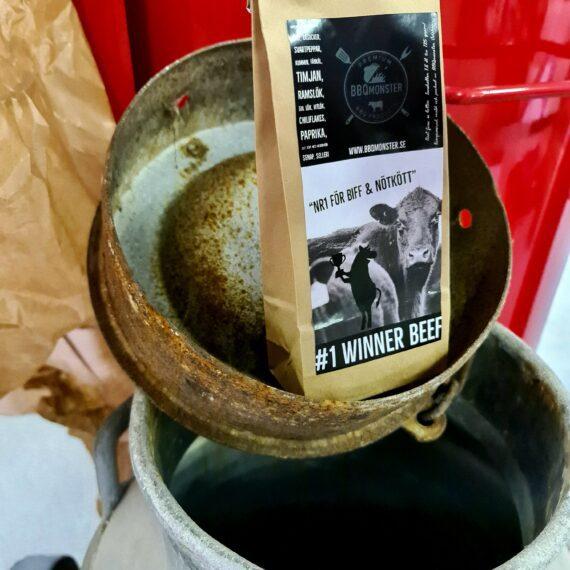 """Beef Rub: #1 för Nöt - en vinnare på Nötkött från flank till Rostbiff Av kunder hyllad för sin djupa smaker En rub som blir en given vinnare på Nötkött. Detta är numera en klassiker som går hem i alla läger. Denna rub är en av dem som var representerade på VM i BBQ på Irland 2017. En aromatisk och tydlig rub för allt nötkött. Denna rub körs på allt från skivor av ryggbiff till Brisket. Tydligaste karaktärsdragen kommer från Svartpeppar, kummin, timjan samt salt som rökts med Hickory trä. Kummin är en fantastisk krydda som rostad över flammor ändrar karaktär från att vara en snapskrydda och brödkrydda, jämförelse med hur en kaffeböna ändrar sin doft vid rostning ligger närmast som jämförelse. Timjan är oftast förknippad med vilt men i rätt miljö blir Timjan helt underbar även på nötkött. Ramslök ger en djup smak utan att förstöra och dölja köttet. Vitlöken som används bär toner av lätt rostad vilket tar bort den annars ibland starka vitlökssmaken. Allergener: innehåller SENAP, SELLERI Om #RubsByBBQmonster #RubsByBBQmonster gör personliga kvalitetsrubs i små batcher med stor noggrannhet. Små batcher ger möjlighet att ta hänsyn till varje ingrediens. #RubsByBBQmonster mals ut från kvarn med kvarnstenar. Grovleken anpassas efter ändamålet (styckdetaljen) som rubben är tänkt för. Oavsett vilken rub du köper kommer du att märka en klar skillnad mot andra mainstream """"grillkryddor"""" som översvämmar marknaden. Du får här en rub som innehåller både mindre partiklar som når djupt in i köttet, såväl större partiklar vilka lättare överlever grillningen. Vilket därmed ger ytterligare en smakdimension. Dimensionen på partiklarna (strukturen) påverkar också hur du upplever smakerna. Tänk själv hur många fler smaklökar som aktiveras av en 0,5mm bit lök landar på tungan jämfört med ett pulver eller dust."""