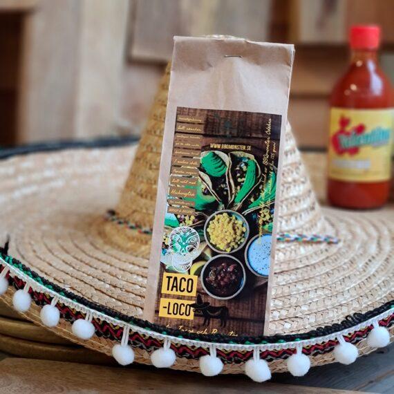 """Taco kryddmix - texmex krydda för tacos och burritos - taco loco, perfekt för fredagsmyset! Med en mindre andel spiskummin för en bättre magkänsla! Trött på din trötta Taco-krydda? Trött på att rapa spiskummin 27 timmar efter du intog sista tuggan? - då har du kommit rätt! Caramaba! Här får du en kryddblandning för tacos som kan ersätta dina andra Taco kryddmix och blandningar av Tex-Mex kryddor. Du kan använda den för att rubba kött (som ex. en högrev) som du skall röka och köra pulled beef på, men du kan också använda den för vanlig nötfärs om det blir en """"vanlig"""" taco-fredag. Ett tips är att göra en kall sås av smetana genom att skicka ner ett par teskedar av denna rub. Här finner du en film som går igenom hur du får till din Beef-Chili på grillen. De kryddor som de flesta av oss tydligast förknippar med Tex-Mex är koriander och spiskummin. I denna rub har BBQmonster hållit ned på mängden spiskummin något. Detta då det enligt många stories i butiken finns flera anledningar att misstänka att vi är många som får en mage som ballar ur av just spiskummin (där vi istället beskyller """"hettan"""" från chili, inte minst vid intag av indisk mat…). Chili finns här gott om i denna heta rub men den är gjort för att vara god – inte stark. Komplett innehållsförteckning: salt, socker, svartpeppar, paprika x3, chili x3, vitlök, gul lök, ramslök, tomat, chipotle, oregano, spiskummin, koriander, Salt rökt med hickoryträ. Kan innehålla spår av SENAP, SELLERI Om #RubsByBBQmonster #RubsByBBQmonster gör personliga kvalitetsrubs i små batcher med stor noggrannhet. #RubsByBBQmonster mals ut från kvarn med kvarnstenar. Grovleken anpassas efter ändamålet (styckdetaljen) som rubben är tänkt för. Oavsett vilken rub du köper kommer du att märka en klar skillnad mot andra mainstream """"grillkryddor"""" som översvämmar marknaden. Du får här en rub som innehåller både mindre partiklar som når djupt in i köttet, såväl större partiklar vilka lättare överlever grillningen. Vilket därmed ger ytterligare en """