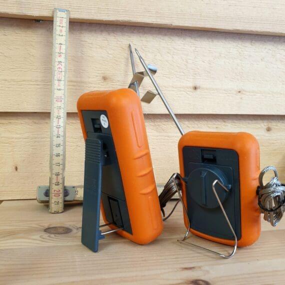 Thermopro TP20s Söker du en bra och smidigt Trådlös termometer? Om du inte är ute efter något annat än att kunna trycka igång termometern med en knapptryckning för att sen kunna övervaka grillningen, både köttet och grilltempen, trådlöst och korrekt - då är detta modellen du söker. Ingen mobiltelefon, ingen app - en TERMOMETER rakt upp och ned! Nya modellen Trådlösa termometern Thermopro TP20s är det uppdaterade versionen av den omåttligt omtyckta och populära Thermopro TP20. Thermopro TP20s är en mycket robust och tålig termometer med två givare (probes). Gummihöljet gör den stöttåligare och gör den så pass vattenskyddad att den klarar av att glömmas kvar utomhus även en svensk midsommarafton. Enkel och pålitlig med god räckvidd (en normal villa utan problem). Givarna är viktiga Två givare gör att du kan välja att mäta två olika punkter i köttet (eller två helt olika köttbitar). Detta är perfekt vid ojämnt tjocka bitar som Rostas eller Picanha. Den andra givaren kan också användas för att mäta temperaturen i grillen, röken (eller ugnen...). För att då ge givaren (proben) längsta möjliga livslängd följer det med en gallerhållare som håller givaren ovanför gallret. Genom att använda hållaren förhindrar du att överföringsvärmen förstör vajern. Thermopro TP20s kommer med uppdaterade probes med bättre greppyta som även skall göra dessa ännu tåligare. Stödben och clips Bältesclips och bordsstödben finns på den portabla mottagaren. På sändaren som står vid grillen finns ett metallclips som gör att du kan hänga upp den vid grillen på ett enkelt sätt. (observera att många oisolerade grillar blir ruggigt heta flera centimeter från plåten vilket gör att du bör undvika att ställa sändaren för nära grillens plåtkropp).
