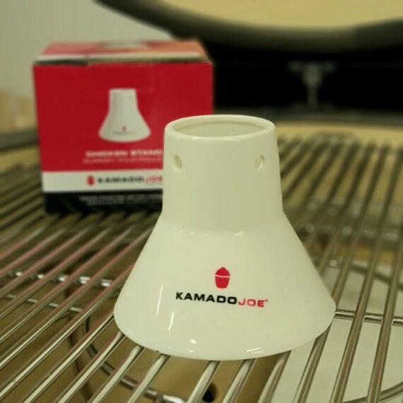 """Chicken Sitter, Chicken Stand - Kamado Joe av Keramik Keramisk tron, en så kallad """"chicken sitter"""" för kycklingen, så mycket stabilare och nyttigare än en ölburk av aluminium då färgen på alu-burkar aldrig kommer att vinna ett miljöpris (Dessutom kan du """"panta mera""""). Påskyndar tillagningstiden (normalt 30%-50% mot en alu-burk) Tål att diskas i maskin Rejält gods (gjord av en Kamado Joe) Denna hållare fyller du med vätska. Vissa väljer att bara köra med vatten, andra fyller på med öl, juice etc. med eller utan örter/vitlök. En rub som är skräddarsydd för beer can chicken hittar du här:"""