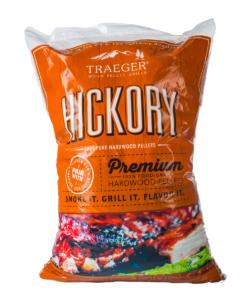 Pellets Hickory Hickory ger en kraftig och robust röksmak och härlig doft. Av tradition oftast använt till oxkött och inte minst till detaljer såsom Short-ribs och brisket. Traegers träpellets är av absolut högsta kvalitet och med en garanterad renhet. Genom att använda olika sorters pellets kan du skapa nya smaker på kött, fisk eller grönsaker. Tips: om du kallröker med rökspån i din vanliga grill så testa använda pellets. Kunder rapporterar att de framgångsrikt skapat sval rök av pellets. Made in USA