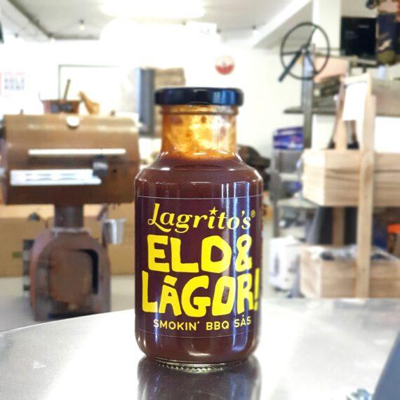 """Sås - Eld & lågor - BBQ sauce från Lagritos Helt allvarligt - är detta Världens godaste BBQ sås? Om du är ute efter en rökig, fyllig och lite söt BBQ sås så har du navigerat till exakt rätt plats. Denna sås är makalöst god i smaken och trots namnet vill BBQmonster påstå att du inte behöver vara orolig över att den är för stark - styrkan sitter i helheten, det går nästan att påstå att smaken i sig är """"köttig"""". Pensla dina revben med denna sås eller gör en högrevsburgare som du förgyller med denna sås och därefter döper den till """"Tex-mex-especial """"för att därefter starta en food truck - ja, allt är möjligt med rätt sås. Lagritos är det lilla kokeriet från Karlskrona som gjort det till sin livsuppgift att förse universum med goda, ofta starka, såser, senapssorter mm. Om du gillar BBQ såsen """"show-me"""" men uppfattar den något för tjock och kanske för söt så är Eld & lågor något som ligger nära att testa. 300 gram (drygt och lättdoserat droppvis)"""