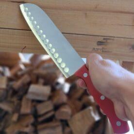 """Kniv - kökskniv - 7"""" Santoku - Japansk kockkniv Santoku är formatet som kan sägas vara Japans motsvarighet till västvärldens klassiska """"kockkniv"""". Denna Santoku kniv är helt perfekt för uteköket då den är tålig och oöm både i blad och skaft. Bladet är bredare hela vägen och saknar en riktig spets. Knivar med blad av detta format är gjorda för att kunna både skära, hacka och tärna kött och grönsaker. Bladet har 28 urfräsningar vilket minskar risken att skurna skivor fastnar på bladet. Denna kniv har ett blad som i det närmsta kan betecknas som rostfritt. Skaft av hygieniskt högdensitetsplast. Längd på bladet: 18 cm Längd på skaftet: 13 cm"""
