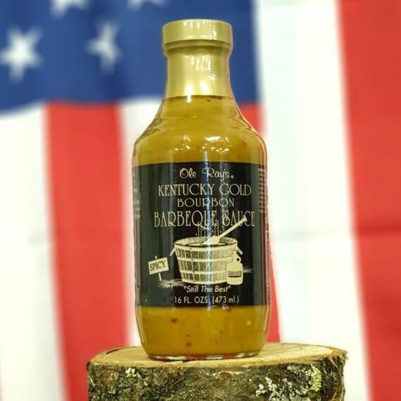 """BBQ-Sås - Kentucky Gold - Senapsbaserad Den gyllne färgen på denna sås kommer från en bas av senap. Det är en absolut klassisk ingrediens för att få fram en BBQ sås som skapar ett riktigt stort """"smakrum"""". Chili skapar höjd och lite hetta men främst kommer stinget från det annorlunda sting som bara senap, Wasabi och pepparrot kan skapa. En lätt syrlig ton från vinäger tillsammans med både Bourbon och råsocker skapar en bra balans. Denna sås är enkel att komplettera med vilken rub som helst. Såsen passar till det mesta utom kanske just ädlare nötköttsdetaljer. Testat med framgång på allt från torskrygg, lax, kycklingbröst till vildsvinsrevben och julskinka. Kan ersätta senap rakt av om man så önskar. Pensla griskött, fisk eller fågel med denna sås och lägg rubben på utsidan eller använd som en kall sås direkt på tallriken."""