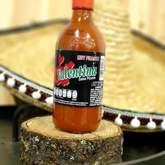 Mexican Hot sauce - Valentina Salsa Picante 125 miljoner Mexikanare kan inte ha fel - Mexikos bäst säljande Hot Sauce! Detta är den starkare versionen av den extremt populära lättflytande såsen Valentina. Succén bygger på enkelheten: frisk, lagom syrlig och med ett bra chilibett. En chilisås som du med fördel stänker över dina tacos, dina chips eller använder för att spetsa till dina drinkar. Recept: Heta kycklingben / lollipops Ställ dina kycklingben (lollipops) i en mix av öl och denna salsa, låt stå svalt över natten och rulla dem därefter i en god rub för kyckling. Häng upp dem på hållaren för kycklingben för jämn grillning runt om. Kör dem i en grill på 175-200 grader tills innertempen har passerat 70grader.