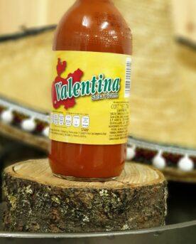 Mexican Hot sauce - Valentina 125 miljoner Mexikanare kan inte ha fel - Mexikos bäst säljande Hot Sauce! Valentina salsa picante är en enkel, frisk, lagom syrlig och lagom stark chilisås som du med fördel stänker över dina tacos, dina chips eller använder för att spetsa till dina drinkar. Recept: Heta kycklingben / lollipops Ställ dina kycklingben (lollipops) i en mix av öl och denna salsa, låt stå svalt över natten och rulla dem därefter i en god rub för kyckling. Häng upp dem på hållaren för kycklingben (art nr 80004) för jämn grillning runt om. Kör dem i en grill på 175-200 grader tills innertempen har passerat 70grader.