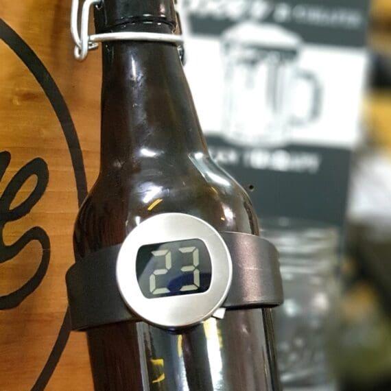 Vintermometer flaska Vintermometer för flaska där du enkelt och lätt läser du av tempen på vinflaskan eller ölflaskan. Perfekt för att mäta av en oöppnad flaska och besluta om innehållet behöver kylas eller höjas i temp. Avgör om drycken behöver kylas eller värmas Auto on/off Perfekt till vinstället på väggen