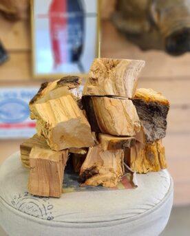 """Chunks - Äpple - Rökträ - Rökved Chunks är beskrivning av en knappt knytnävsstor träbit - en vedklabb sågad i ungefär 4 bitar och kluven 1 eller 2 gånger. Fördelen med chunks före wood chips och rökspån är att en trä-chunk inte brinner upp medans du stänger locket och tar en sipp av ölen, - detta trä kan producera rök under ett par timmar eller mer. Detta är äpple chunks (rökträ av äpple eller rökträ av äpple) som till ca 80% är avbarkat. Barken skadar inte men väger mindre och skapar inte lika mycket rök och smak, varför många föredrag trä med stor del avbarkat. Vissa rykten säger att att Ozzy Osbourne inspirerades av detta när han spelade in låten """"bark at the moon"""" (nä nu skojar vi). Om du är ute efter att röka köttet och köra low & slow är det utan tvekan denna storlek du bör välja. Sikta på att tillföra rök under åtminstone de tre första timmarna. Det är då som köttet är som mest mottagligt för rök. Faktum är att det framför allt är när köttet är riktigt kallt (eller fruset) som mest rökpartiklar fastnar på ytan (testa till exempel att röka lax frusen!). När köttet blir torrt på ytan slutar köttet till stor del att ta emot röken. Det är i detta läget som det kan vara aktuellt att använda en sprayflaska för """"slather"""" (se denna artikel) ÄPPLE, är mångas favorit, inte minst för griskött. En anledning till att många uppskattar röken från äppleträ är sannolikt beroende på den behagliga, lätt söta och ändå friska tonen. Till julskinkan känns äppleträ på kolen lika givet som snaps till sillen. Levereras i en fullpackad pappåse om 6liter (vikt varierar beroende på träslag men ca 1,8kg) Om att använda trä för att skapa rök: Blött trä släcker delvis glöden från kolen och skapar oftast en smutsigare rök. Målet när du tillför rökträ är att skapa en fullständig förbränning där röken är klar och fin, inte tjock och mullrande. Thin blue smoke pratar det stora landet i väster om och även om det inte alltid är blå rök som lämnar skorstenen så kan du ha det i bakhuvudet: mörk rö"""