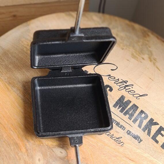 """Grilljärn Mackjärn Toastjärn 1x Smörgåsgrill i gjutjärn för öppen eld & grill Ett högkvalitativt """"grilljärn"""" för toast, omelett, paj mm. Tanken är lika enkel som genialisk: ge dig möjligheten att tillaga riktigt vällagad och god mat med bara tillgång till glödande kol och ett """"mackjärn"""" i packningen. Det finns massvis med recept och inspiration på Youtube. Denna modell är i storlek för en klassisk toast, men så klart kan du göra mer än bara toast i detta rustika grilljärn. undvik smutsiga galler på campingplatser gjutjärn i högsta kvalitet oändliga möjligheter"""
