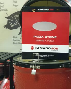 """Pizzasten - Kamado Joe - 38cm - passar alla grillar och Kamados Pizza på pizzasten är hemligheten till en """"köp-pizza-känsla"""" där degen är krispig och genombakad utan att blivit som ett knäckebröd. Denna pizzasten är gjord av högkvalitativ värmetålig keramik. Passar både i grill och ugn. Kamado Joe pizzasten har en diameter på 38 cm, vilket är en alldeles lagom storlek på en pizzza - större och det blir svårt att göra annat än Calzone... Många är vi som på början av 2000 talet letade efter det perfekta receptet på pizzadeg i tron att detta var skillnaden som gjorde skillnaden - vi hade FEL. Hemligheten till en bra bakad pizza ligger istället i att degen bakas under ifrån, från ett redan hett underlag - alltså en upphettad pizzasten. Lagom temperatur i grillen (eller ugnen) är 250 till 300 grader. För många är det då grillen som gäller, då de flesta hushållsugnar stannar på runt 225grader. Tekniken är: varm upp stenen, kavla ut degen på ett bakplåtspapper, dressa din pizza med dina favoriter men börja alltid med tomatsåsen, därefter pizzaosten, sen är det valfritt. Lyft över pizzan på sitt papper, låt den landa på stenen och ganska snart kan du rycka bort pappret. Använd pizzaspade (artikel nr 31016) för att lyfta bort pizzan när osten bubblar. Diameter 38 cm"""