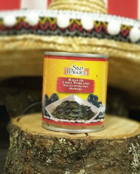 Chili Poblano - inlagda strimlor Poblano chili är en köttig, smakrik men mild chili. Perfekt att använda i grytor och köttfärssåser för att påverka både konsistens och smak. Innehåller strimlor av delvis urkärnade poblano chilis.