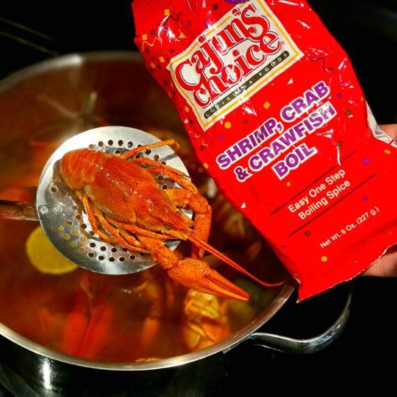 """Crawfish boil - CAJUN´s choice - kryddmix för att koka om kräftor Cajun style Koka om kräftor cajun style - Crawfish boil är en färdig kryddmix för att koka om kräftor, färska eller sedan tidigare kokta och frusna går lika bra. Testa även att koka bitar av köttig fisk och andra skaldjur i crawfish boil och du skall se att det inte är långt bort till att du hör en banjo spela... Har du tröttnat på smaken av svagt dilldoftande kräftor och letar efter något som ändrar matchen på kräftskivan? Då har du hittat rätt. Koka om dina kräftor så här: koka upp en mix av mörk öl, vatten och kryddmixen Crafish boil. För en 1kg förpackning kräftor är det lagom att koka upp 2st 33cl öl, 1,3 liter vatten och 3-4 msk av crawfish boil kryddmixen. Skiva gärna i en lime och eventuellt lök och färsk chili. Smaka av - det skall nypa till lite men ändå vara hanterbart. Stäng av plattan. Lägg i frusna eller endast lätt upptinade kräftor. Låt kräftorna bli varma och servera omedelbart. Ny kokt sockermajs, ljust bröd och stark ost passar ypperligt till. Tips: vill du har starkare kryddmix addera valfri hot sauce eller färsk chili i uppkoket En mycket välsmakande, smakrik och lätt chilihet kryddmix som skapar den rätta touchen för """"Louisiana style Cajun fisk och skaldjursgryta"""". Fantastisk till alla former av skaldjur och fisk men underskatta inte denna kryddas förmåga att även kunna lyfta såser, fonder och kalla dipsåser - magi! 227 gram"""