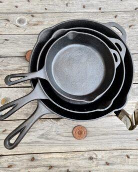 """Stekpanna gjutjärn - kort handtag och hällpip Ger fin stekyta och passar för både stekning och smashburgers! även för vänsterhänta 3 olika storlekar: Diameter: 22cm (ovansida) 16 (stekyta) Längd inkl. handtag 33cm, vikt 1.2kg Diameter: 25cm (ovansida) 21 (stekyta) Längd inkl. handtag 41 cm, vikt 2.2kg Diameter: 30cm (ovansida) 25 (stekyta) Längd inkl. handtag 46cm, vikt 3,0kg Denna gjutjärnsstekpanna har en rå och grov yta vilket borgar för rejäl searing. Att göra smashburgers i denna stekpanna av gjutjärn är en riktig hit! Stekpannan har ett kort handtag vilket gör att den passar i de flesta grillar och smokers även med locket stängt. Hällpip på båda sidor underlättar när du skall återanvända stekskyn till sås eller fond, oavsett om du är vänster- eller högerhänt. En öppning i handtaget för att du kan hänga upp denna stekpanna i din """"grillstudio"""". Hällpip åt båda håll. Perfekt för kött, panpizza mm. Hål för upphängning Robust och rejäl kvalitet Ju grövre gods desto mer energi kan lagras i metallen. När du lägger på en bit kött kommer energi (värme) stjälas från godset. Är godset för tunt blir det snabbt kallt och du får inte de karaktäristiska grillränderna (grill marks) utan köttets yta blir snarare lätt kokt under en kort tid. Med en frusen wok-mix är det till väldigt stor nytta med gods av gjutjärn. Gjutjärn kan ackumulera mycket värme och ger ett högre värmeanslag mot livsmedlet detta oavsett om vi pratar om ett galler, stekbord eller wokpanna i gjutjärn."""