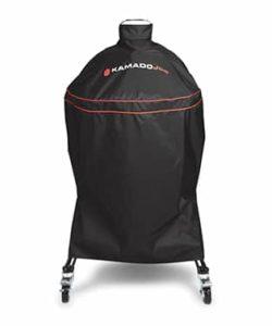 Regnskydd, väderskydd för Kamado BIG Joe (alla versioner) Skydda din röda skönhet från regn, snö eller sandstormar - vem vet vad som händer här näst. Med detta skydd maximerar du livslängden och inte minst lika viktigt - håller din Kamado redo för grillning året runt. Detta regnskydd är skräddarsytt för Kamado BIG JOE och passar både version 1, version 2 och version 3. Gissningsvis passar det även andra kamados i storlek kring 61 cm i grillyta, exempelvis Big Green Egg XL med flera. På baksidan av skyddet finns det ett ventilationshål (se bild) och tanken är att skapa ett nyttigt flöde av luft för att förhindra en allt för fuktig miljö på grund av kondens. Det finns två snabbfästen för att säkert kunna förankra regnskyddet. Vid skorstenen finns ett handtag för att förenkla hanteringen.
