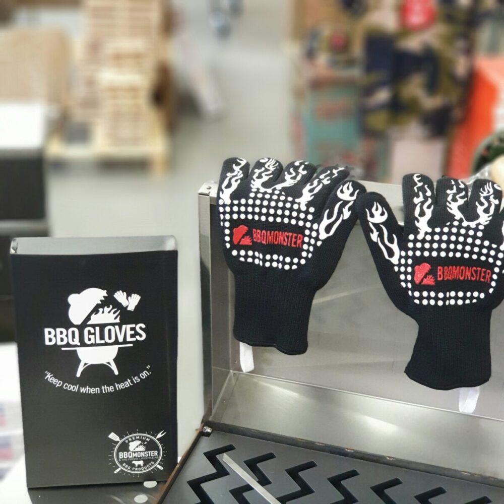 Grillvantar, BBQ gloves, BBQ-handskar, Värmetåliga handskar - Ett måste för Kamado-ägaren eller den som tröttnat på grilltången. Detta är ett par Grillvantar, BBQ gloves, BBQ-handskar, Värmetåliga handskar som älskas av kunderna. Inte bara rackarens snygga utan också smidiga, bekväma och inte viktigast av allt - värmetålig utsida som tåler upp till 500 grader C. Fodret är mjuk och bekvämt och framförallt är det fastsytt så att du inte står där med en handske ut-och-in stup i kvarten. Silikonmönster på båda sidorna förbättrar greppet och passar oavsett vilken handske som dina händer glider in i. Extra långa Grillvantar, BBQ gloves, BBQ-handskar, Värmetåliga handskar (30 cm) vilket ger dig skydd en bit upp på underarmarna. Använd Grillvantar, BBQ gloves, BBQ-handskar, Värmetåliga handskar för att flytta galler, deflektorstenar etc. Priset är för ett par (alltså 2 stycken handskar) Grov rejäl kvalitet Extra långa (skyddar handlederna) Tvättbara i maskin OBS: väta försämrar värmeskyddet, används torra. Om du skall transportera heta objekt under längre stunder i sträck