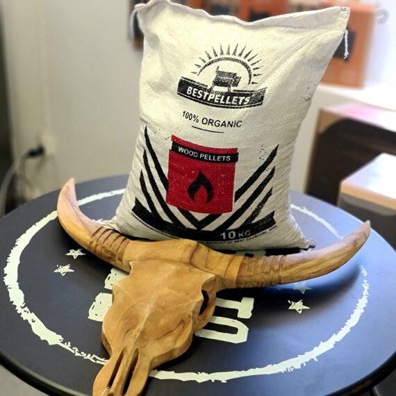 Pellets perfekt pizzaugnen - högt energiinnehåll ger hög temp Gjord av kaffeträd och kol, mysig doft doft Pellets från Bestpellets, utmärkta för pizzaugnar, kommer i en liten säck inte helt olik säckar som kaffebönor förpackas i. Inte helt fel med tanke på att dessa pellets är gjorda av kaffeträd/buskar som gjort sitt som kaffebönsproducent. Traeger träpellets är tillverkade i EU och fungerar både till Pizzaugnar och pelletsmokers såsom Traeger, Campchef, mfl. Pellets för pizzaugn behöver kunna leverera hög värme och då krävs mycket energi. Dessa pellets har därför även fått kol som en ingrediens för att kunna ge det lilla extra. Färgen blir då mörkare och det är enkelt att skilja dessa pellets från andra. Doften från dessa pellets för pizzaugn är mysig vid lägre temperaturer (om du exempelvis kör dem i en pellets smoker) men vid högre temperaturer är doften endast subtil, något som många föredrar vid bakning av pizza och bröd. Made in EU Vikt 10 kg