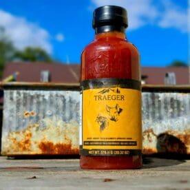 """Grillsås, BBQ-sås från Traeger - Apricot / Aprikos. Är du en gottegris som älskar sötma? - då har du hittat din nya drog här. En sås som många lär vispa på sina ribs den sista timmen. Denna sås kan komplettera ett hårt saltat kött ypperligt. Från provsmakningen noterades följande smak-karaktärer tydligast: Honung, Aprikos (ingen sälta eller rök). 473 ml Tips: Hur du väljer rätt sås. När du väljer en BBQ-sås (grillsås) bör du fundera vad du vill att den skall tillföra. De flesta såser går att använda både som """"mopping sauce"""" (pensla köttet med) samt som en kall eller varm sås direkt vid bordet. Smaken Börja med att smaka på den rub som du använt är den salt? undvik en för buljongtung grillsås, välj hellre en söt grillsås som tar udden av sältan. är den söt? undvik något som ytterligare sprider sötma och tyng, välj hellre något syrligt. är den rökig? undvika att ytterligare skruva upp rökvolymen, välj hellre en söt rub som rundar av. är den stark? välj helst en söt sås. Sötma sätter fart på smaktåget och låter styrkan upplevas fullt ut. Konsistensen: Är BBQ-såsen för tjock? Speciellt vid pensling föredrar många en tunnare sås, och då kan det vara läge att späda ut såsen och följande är vanliga vätskor att använda: Öl Vinäger Vatten Vitt vin Rött vin Det är dock bara din fantasi som sätter gränsen på vad som kan användas - testa dig fram - det är så de bästa recepten växer fram. Kom ihåg -det som du gillar är rätt för dig!"""