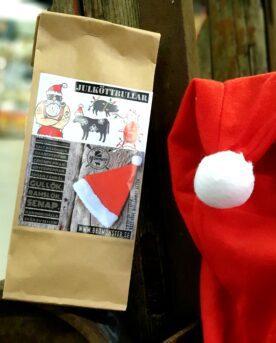 """Kryddblandning för julköttbullar En kryddblandning för julköttbullar eller Kryddmix som även kallas """"Julrub för Köttbullar"""". Denna rub tar hjälp av tre sorters peppar, timjan och ytterligare 10 andra ingredienser för att bli """"julig"""" (varav SENAP ingår och spår av SELLERI finnes). Julköttbullar görs bäst på blandfärs. Med fördel maler du din färs själv. Inget slår egenmald färs där själv väljer vilket kött som skall giftas samman. Högrev, TRI-TIP eller Brisket är lyxiga förslag för nötkött. Grisköttet kan komma från fläsk, bacon (halvfryst vid malning!) eller karré. Håll det 50 / 50 i fördelning."""