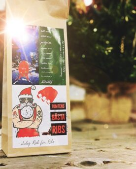 Kryddmix / rub för Julrevben Julens godaste ribs grundas här! Med juliga smaker och ett visst sting så är denna rub för julrevben en riktig hit och för många numera en klassiker Tjocka julrevben av bogrevben är en klassiker på ett skånskt julbord. Denna revbensrub kan du dock också använda till både revben och kamben om du föredrar tunna ribs. Denna julrub för revben har begåvats med kryddor som Ingefära, Kardemumma och Vietnamesisk Kanel vilket är tre kryddor som gifter sig fint med fettet från Griskött. Var inte orolig över att kanelen får köttet att smaka som en tallrik med filmjölk toppad med kanel - denna kanel är väldigt annorlunda från Ceylon-kanel. Julrubben har ett visst sting genom Piri-Piri men det är absolut en rub som ändå passar alla. Klassiska örter som salvia, mejram och lök av olika slag, ramslök, vitlök är ytterligare beståndsdelar i receptet med 17 olika ingredienser!(varav SENAP ingår och spår av SELLERI finnes). Testa att lägga ett tunt lager av denna senap innan du lägger på rubben: