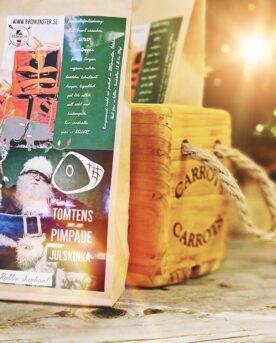 """Kryddmix för julskinka - örtig och julig Denna kryddmix kryddblandning rub för julskinka är en mindre salt rub (med tanke på att julskinkan är sockersaltad) och istället mycket örtig. Kajsa Vargs julskinka står som förebild. Denna variant av julskinka gjordes på sin tid antingen inbakad i bröd alternativt med ett tjockt lager med örter. Detta är den senare varianten. Genom örterna skapas ett mycket välsmakande spad som du bör spara oavsett om du kör det skånska """"dopp i grytan"""" eller inte. Flottet som lägger sig på ytan när spadet har svalnat för du vidare till köttbullarna och spadet använder du för att doppa bröd i (= dopp i grytan), eller sparar som en god buljong. Denna rub för julskinka har 16 olika ingredienser (varav SENAP ingår och spår av SELLERI finnes). Här har du julens recept samlade Använd denna goda senap som ett första lager innan du lägger på rubben. Då fastnar kryddorna bättre och du får en fin bark runt om köttet:"""
