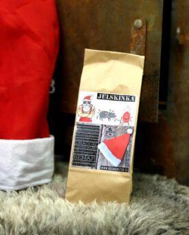 """Kryddmix för julskinka - örtig och julig Denna kryddmix kryddblandning rub för julskinka är en mindre salt rub (med tanke på att julskinkan är sockersaltad) och istället mycket örtig. Kajsa Vargs julskinka står som förebild. Denna variant av julskinka gjordes på sin tid antingen inbakad i bröd alternativt med ett tjockt lager med örter. Detta är den senare varianten. Genom örterna skapas ett mycket välsmakande spad som du bör spara oavsett om du kör det skånska """"dopp i grytan"""" eller inte. Flottet som lägger sig på ytan när spadet har svalnat för du vidare till köttbullarna och spadet använder du för att doppa bröd i (= dopp i grytan), eller sparar som en god buljong. Denna rub för julskinka har 16 olika ingredienser (varav SENAP ingår och spår av SELLERI finnes)."""