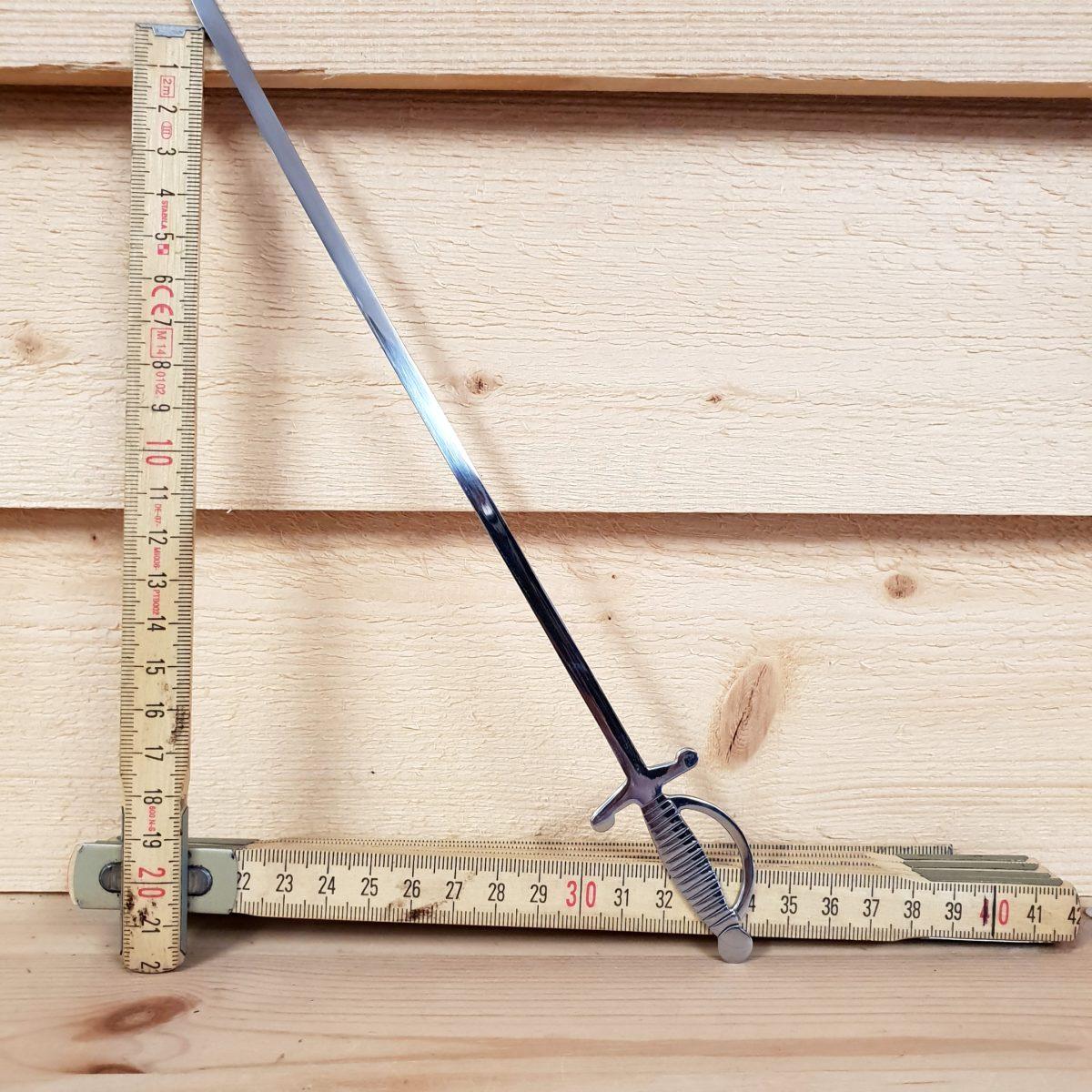 platt grillspett med formen av ett svärd eller värja