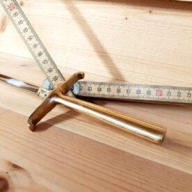 Längden på detta grillspett öppnar möjligheter att lägga det tvärs över (utan galler!) i en grill eller kamado i storlek upp till 48cm i diameter