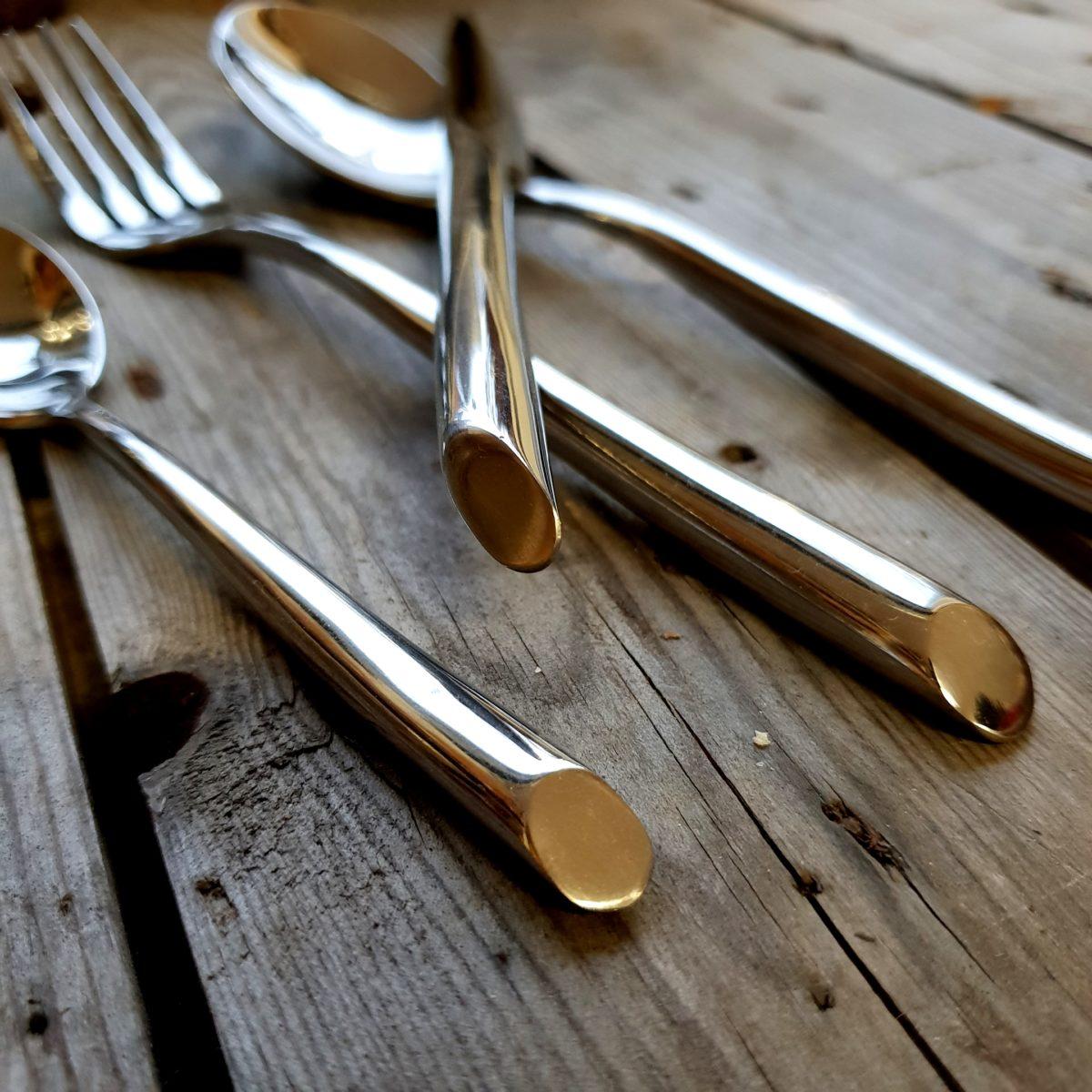 Glänsande bestick med rejäl tyngd och vass kniv. Setet med bestick innehåller 4 delar: kniv, gaffel, sked och dessertsked.