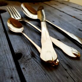 Bestick - Antik design, guldfärgade Spegelblanka bestick i antik design. Färgen är guld med drag åt koppar (cu). Setet med bestick innehåller 4 delar: kniv, gaffel, sked och dessertsked. Riktigt eleganta bestick som lyfter dukningen, inte minst julbordet där dessa bestick verkligen förstärker julmyset.