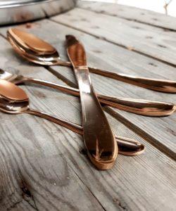 Juliga bestick i rosé guld vackert spegelblanka ett set om 4 delar kniv, gaffel, matsked, dessertsked