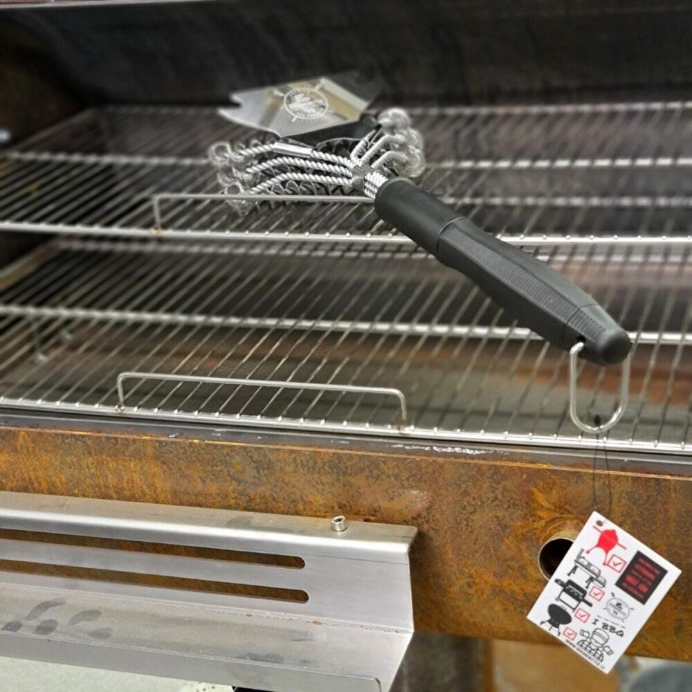 """Grillborste för stålgaller En ruggigt effektiv Gallerborstemed Helixspiraler och fettskrapa - Bristle free - Ny effektiv, långt skaft Med denna långskaftade Grillborste kan du sluta oroa dig för att metalltrådar i maten. Denna grillborste gallerborste rengör ditt grillgaller kraftfullt och effektivt med hjälp av helix-spiraler. Fettskrapan tar den värsta beläggningen och fungerar utmärkt på stekbord. En grillborste med Helix-spiraler rengör kraftfullt och effektivt och passar bäst för stålgaller men fungerar även till gjutjärnsgaller. Denna Grillborste består av tre rader med metallfjädrar/spiraler istället för metallstrå. På ryggen finns det en extra fettskrapa för att ta bort rester av Fett, BBQ-sås etc. Fettskrapan har också två urfräsningar som gör att du kan enkelt och exakt kan skrapa av galler upp till 7 mm. grovlek. En grillborste som denna kan användas till de flesta galler men mest effektivt är det för galler i rostfritt eller kromat. Långt skaft (över 35cm) samt en stark """"rygg"""" bestående av hela 6 stycken tvinnade stålben. bristle free / tappar inga trådar starkt skaft som ej sviktar upphängare i metall Tips: låt alltid gallret bli rejält upphettat före du börjar borsta, då är det lättare att rengöra gallret och borsten håller sig fräsch. Om du har galler som är emaljerade rekommenderas du kika på denna skrapa av trä:"""