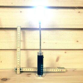 Grillampa, Grill-lampa, Lampa för grillen, LED Lampa, Svanhals, Magnetfäste, Magnetfot, Smidig LED Lampa, Batteridriven. Grillampa, flexibel lampa med magnetfot - för grillen En Grillampa med riktigt starkt och välspritt ljus tar bort många svordomar under den mörka årstiden. Vi är många som stått där med pannlampan, gått in, lagt av den, gått ut igen, svurit, chansat...och tröttnat. Med denna flexibla, batteridrivna, strömsnåla och vädersäkra (splash proof) Grillampa blir livet enklare. Om du har en Stålkamado eller annan Grill med magnetiskt sidobord så står lampan ännu stabilare. Detta tack vare en inbyggd magnet i foten. Total längd: 30 cm 15 ljusstarka LED Magnetfot Batteridriven (3styck AAA) Flexibel svanhals
