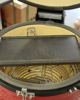 """Stekbord, vändbart i gjutjärn - Traeger Detta Stekbord i gjutjärn är helt universellt för grillar över 47 cm i diameter. För stålkamado Naranja, Sun, B.i.T.N.O , Kamado Joe, Big Green Egg, alla andra keramiska Kamados som finns på marknaden, så klart alla 57 cm klotgrillar och ABSOLUT alla pelletsmokers såsom Traeger, GreenMountain osv. På 47cm kamados kan det placeras på gallret eller hängades från kant till kant (se bild). Utformningen gör att du kan (med bra grillvantar...) bära stekbordet från grillen till bordet och därmed servera rätten direkt från stekbordet """"plancha"""", kom ihåg underlägget på bordet bara, det blir så trista miner annars. Första gången du använder det så bör du steka in det med något fett (kan vara bacon, kan vara matolja), kan även göras i ugnen på 170 grader. Diska bara med hett vatten och smörja därefter in stekbordet. Vändbart På ena sidan plan gjutjärnsyta perfekt för smash burgers, på andra sidan rillor som ger sköna grillränder utan att köttet bränns eller friteras i sitt eget fett. Varför ett stekbord i gjutjärn? Ju grövre gods desto mer energi kan lagras i metallen. När du lägger på en bit kött kommer energi (värme) stjälas från godset. Är godset för tunt blir det snabbt kallt och du får inte de karaktäristiska grillränderna (grill marks) utan köttets yta blir snarare lätt kokt under en kort tid. Med en frusen wok-mix är det till väldigt stor nytta med gods av gjutjärn. Gjutjärn kan ackumulera mycket värme och ger ett högre värmeanslag mot livsmedlet detta oavsett om vi pratar om ett galler, stekbord eller wokpanna i gjutjärn. Mått stekytan: 41x20 cm (+ avrinnings ö som adderar 3cm till bredden som då blir 23cm) Mått med handtag: 52*24cm Mått på diagonalen: 47,5cm Gjutjärn Vändbart Perfekt för hamburgare, köttbullar, ägg, omeletter mm. Robust och rejäl kvalitet Handtag i gjutjärn"""