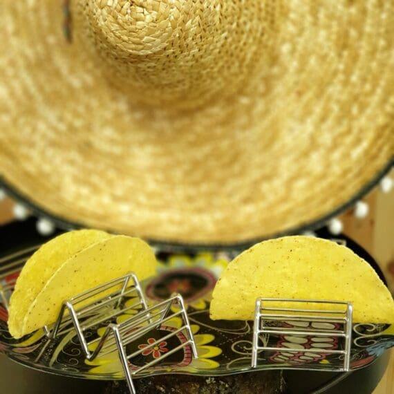 Tacohållare rostfri 2-pack Tacohållare är precis så fantastiskt som det låter - en hållare för taco bröd - ett världsproblem är löst! Det är fullt tänkbart att vi är många som gärna fyller mer än ett (1) tacobröd åt gången. Det är dock lika tråkigt varje gång, bröden trillar, fyllningen faller ur, ölen blir ljummen - ja, ni förstår. Nu är räddningen här - tacohållare wave fixar det. Så det är bara att slå till, köp en Tacohållare till varje familjemedlem och maxa fredagsmyset. hygieniskt tål maskindiskning maxar familjens fredagsmys
