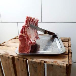 French rack av Iberico gris är inte bara en underbart god styckdetalj, det är också en snygg anrättning. Gott om fett ger en svårbeskrivligt god och saftig kotlett