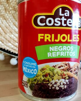 La Costena Refried black beans Frijoles Bayos Refritos är en stekt bönröra på svartabönor som du äter som den är eller själv kryddar upp med de smaker du önskar