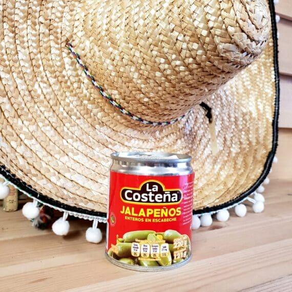 Serrano chili inlagda i en syrlig lag med kryddor, lök och morot. Perfekt tillugg på fredagstacos myset.