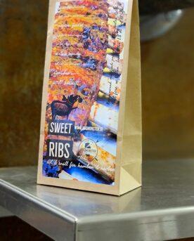 """Sweet Ribs - söt & snäll Rub en kryddblandning för Revben och kamben Sweet ribs är en Rib Rub för ribs, spare-ribs eller kamben. Detta är en av de absolut godaste rub som du kommer att testa (vissa äter den som lördagsgodis). Sweet ribs är skapad för att ge dig maximala möjlighet att lyckas med dina fingerlicking good sticky ribs. Sweet Ribs rub: en rib rub som numera tillhör mångas absoluta favorit till griskött i allmänhet och Ribs i synnerhet. Alla kryddor som kan vara svåra att ta till sig är bortskalade och ersätta med mjuka, runda och omfamnande smaker. BBQmonster får ofta feedback på denna rub att den numera ingår som standardutrustning i köket på samma sätt som salt, peppar och en vass kniv. Kör revbenen enligt 3-2-1 principen (här kan du se film som går igenom steg för steg) där du eventuellt sista 2o minuterna strösslar en del av extra finmald rub över köttsidan, detta genom att köra rubben med en stavmixer till den pulveriseras. Komplett innehållsförteckning:MedelhavsSalt, Råsocker, Söt paprika, Rökt paprika, Tellicherrysvartpeppar, Fänkål, Lakritsrot, Oregano, Mejram, Salvia, Gul lök, Vitlök, Krossad Tomat, Salt rökt med Hickoryträ. Kan innehålla spår av: SENAP &SELLERI Om #RubsByBBQmonster #RubsByBBQmonster gör personliga kvalitetsrubs i små batcher med stor noggrannhet. #RubsByBBQmonster mals ut från kvarn med kvarnstenar. Grovleken anpassas efter ändamålet (styckdetaljen) som rubben är tänkt för. Oavsett vilken rub du köper kommer du att märka en klar skillnad mot andra mainstream """"grillkryddor"""" som översvämmar marknaden. Du får här en rub som innehåller både mindre partiklar som når djupt in i köttet, såväl större partiklar vilka lättare överlever grillningen. Vilket därmed ger ytterligare en smakdimension. Dimensionen på partiklarna (strukturen) påverkar också hur du upplever smakerna. Tänk själv hur många fler smaklökar som aktiveras av en 0,5mm bit lök landar på tungan jämfört med ett pulver eller dust."""